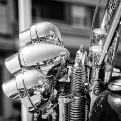 tableau-déco-motorcycle-along-the-beach-noir-et-blanc