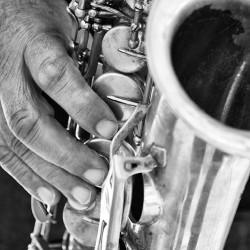 tableau-deco-street-saxophonist-noir-et-blanc
